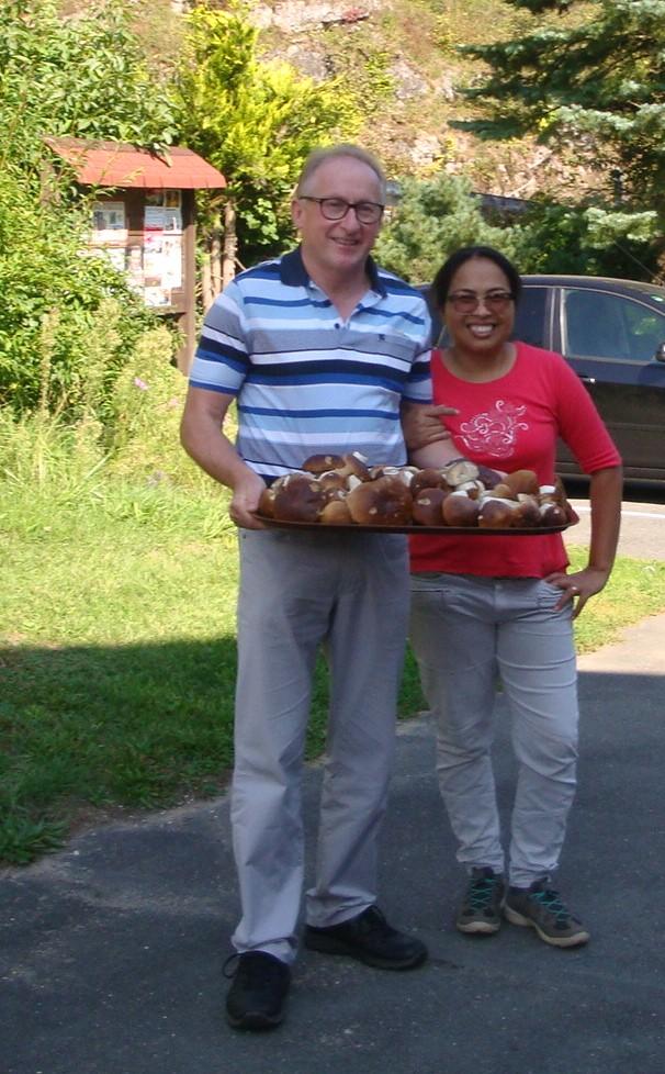 Joachim und Phenachan bieten ihren Gästen am liebsten regionale Speisen zum Verzehr.